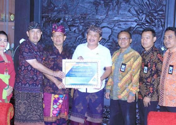 Nusabali.com - bupati-artha-terima-penghargaan-wtp
