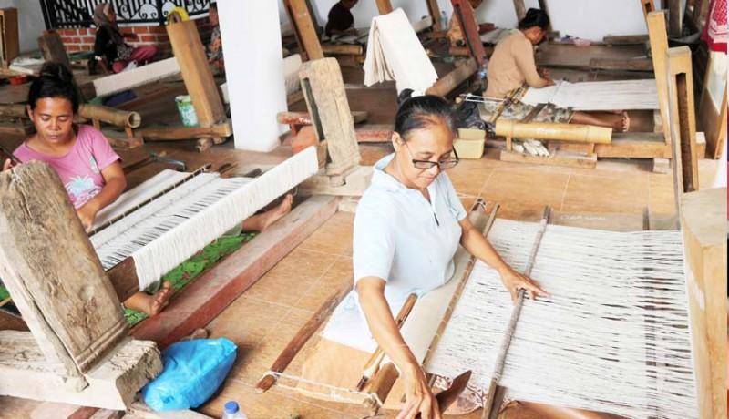 www.nusabali.com-perajin-kain-batik-gedog