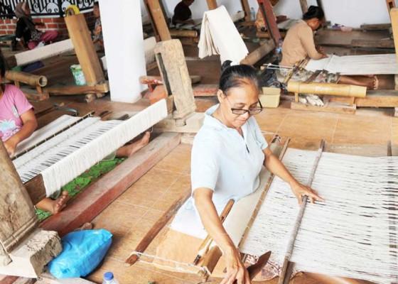 Nusabali.com - perajin-kain-batik-gedog