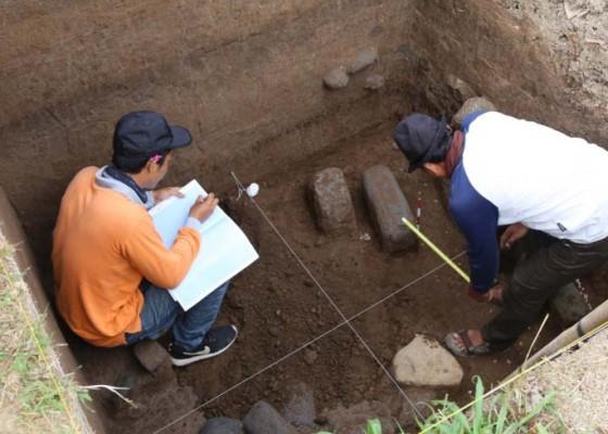 Nusabali.com - ditemukan-reruntuhan-berbahan-batu-padas-gerabah-dan-uang-kepeng