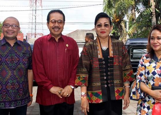 Nusabali.com - ny-putri-suastini-koster-dan-wagub-cok-ace-sepakat-emansipasi-bukan-berarti-tinggalkan-kodrat-mengurus-anak