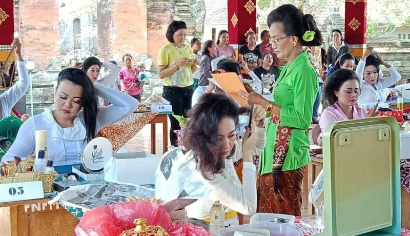www.nusabali.com-antusias-ibu-ibu-adu-terampil-mesanggul-bali