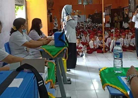 Nusabali.com - dinkes-beri-vaksin-mr-ke-405-siswa-dalam-sehari