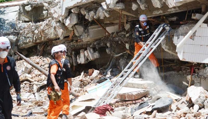 www.nusabali.com-evakuasi-korban-gempa-restoran-dunia-baru