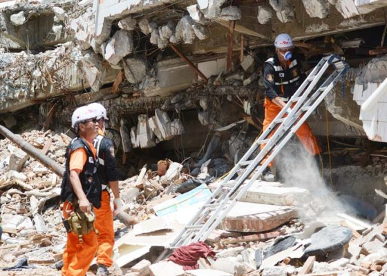 Nusabali.com - evakuasi-korban-gempa-restoran-dunia-baru