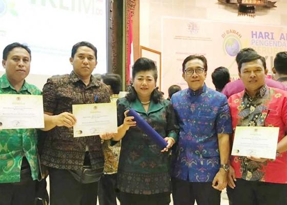 Nusabali.com - bupati-bersama-3-perbekel-raih-penghargaan-proklim