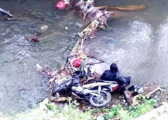 Nusabali.com - diduga-ngantuk-pengendara-motor-masuk-sungai