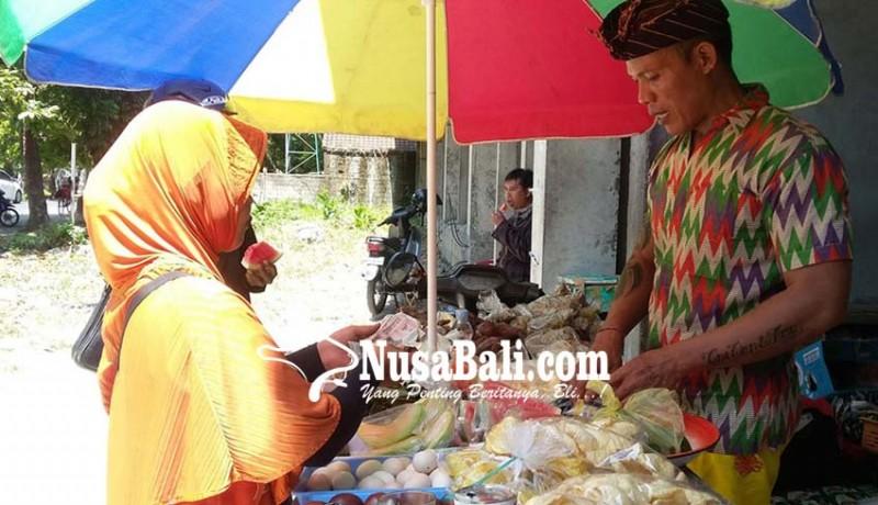www.nusabali.com-pedagang-kaki-lima-pun-ikuti-pergub-berpakaian-adat-bali