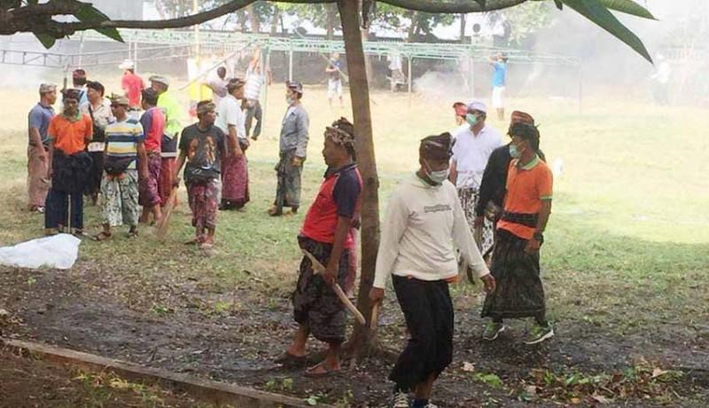 www.nusabali.com-krama-batur-dan-dlh-bangli-mareresik-di-watu-klotok