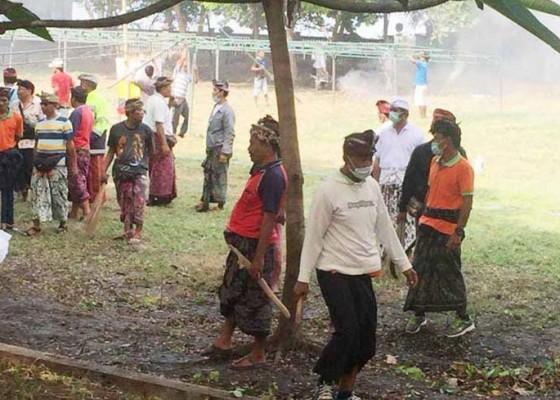 Nusabali.com - krama-batur-dan-dlh-bangli-mareresik-di-watu-klotok