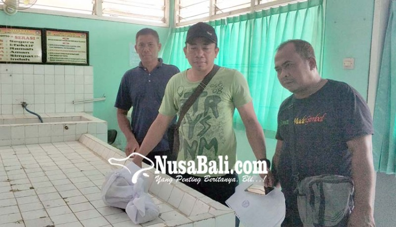 www.nusabali.com-polisi-serahkan-kerangka-ke-pihak-keluarga