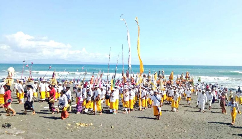 www.nusabali.com-upacara-melasti-diikuti-ribuan-krama