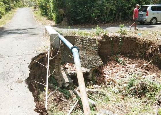 Nusabali.com - jalan-ambrol-di-jembatan-banjar-melaya-tengah