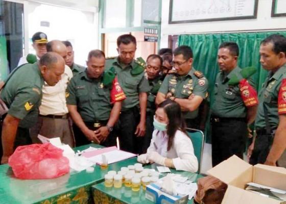 Nusabali.com - anggota-kodim-1609buleleng-dites-urine
