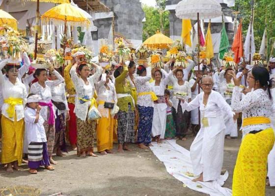 Nusabali.com - mendem-bagia-pule-kerti-di-pura-penataran-agung