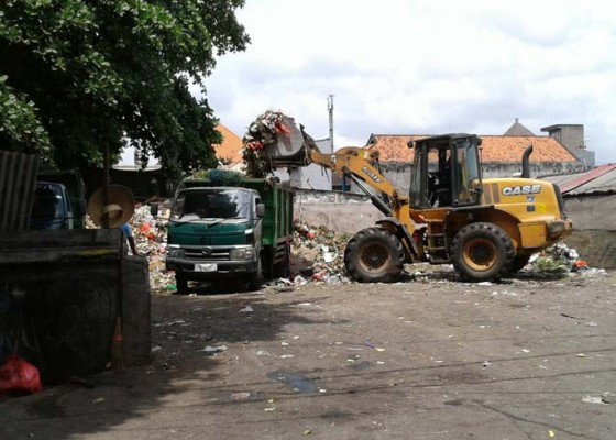 Nusabali.com - kewalahan-dlhk-butuh-tiga-alat-berat-angkut-sampah-di-tpss