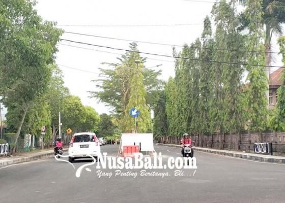 Nusabali.com - cegah-balapan-liar-jalan-dipasang-portal