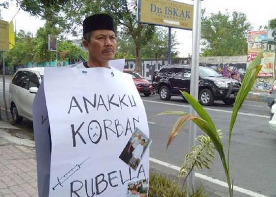 Nusabali.com - orang-tua-di-tulungagung-demo-tunggal