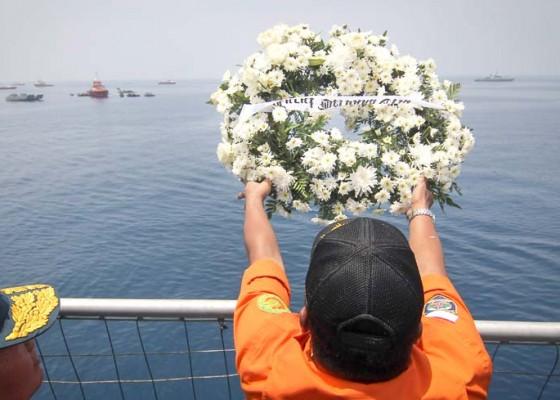 Nusabali.com - doa-bersama-dan-tabur-bunga-jatuhnya-pesawat-lion-air-jt-610