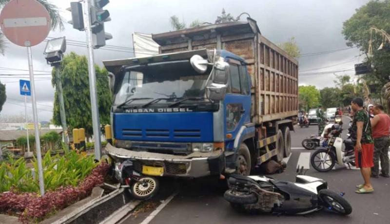 www.nusabali.com-pegawai-bank-tewas-dilindas-truk-tronton