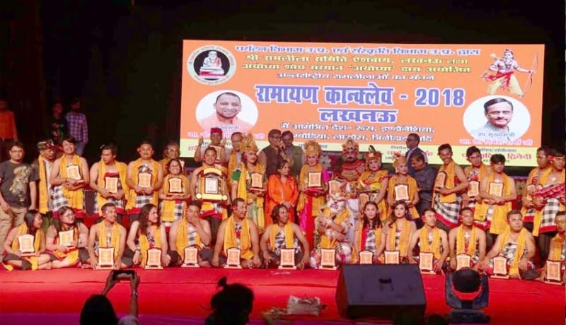 www.nusabali.com-unhi-pentas-kecak-ramayana-di-india