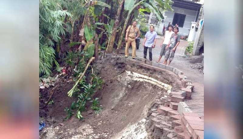 www.nusabali.com-jalan-tergerus-aliran-sungai-warga-harapkan-perbaikan