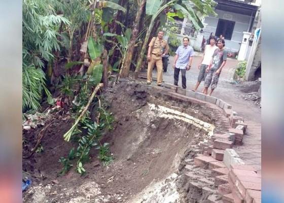Nusabali.com - jalan-tergerus-aliran-sungai-warga-harapkan-perbaikan