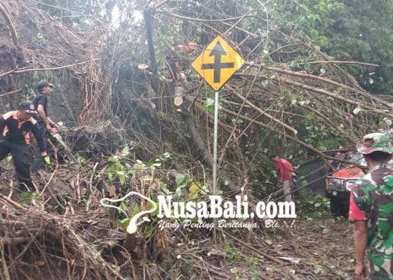 Nusabali.com - longsor-tutup-jalan-banjarangkan-gianyar