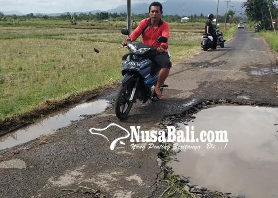 Nusabali.com - jalan-berlubang-di-samblong-rawan-memicu-kecelakaan