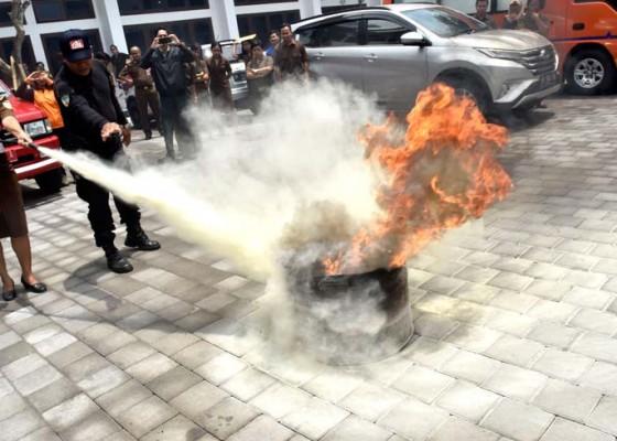 Nusabali.com - menghadapi-api-itu-seperti-menghadapi-perempuan