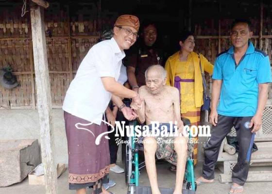 Nusabali.com - ketua-dewan-salurkan-7-kursi-roda