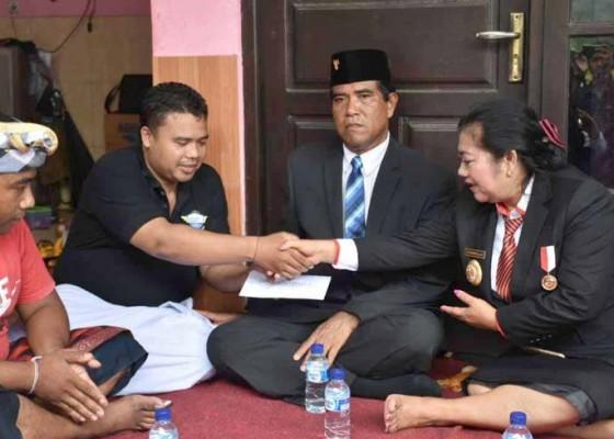 Nusabali.com - bupati-mas-sumatri-melayat-ke-rumah-pegawai-bank-korban-lakalantas