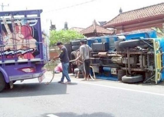 Nusabali.com - hindari-tabrak-motor-truk-terguling
