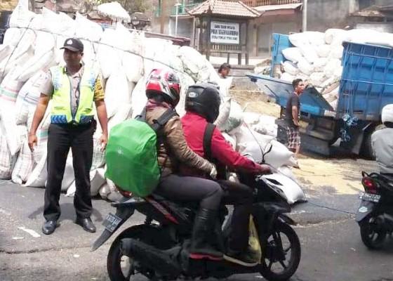 Nusabali.com - ban-pecah-truk-pengangkut-sekam-terjungkal