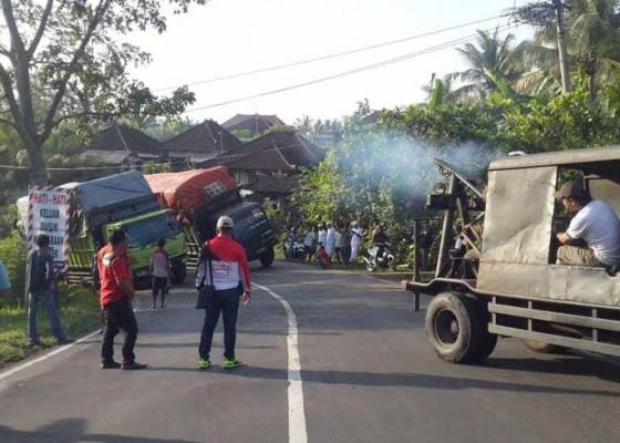 Nusabali.com - dua-truk-mogok-bersamaan-picu-kemacetan-3-jam