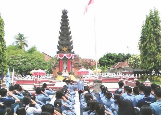 Nusabali.com - mahasiswa-undiksha-gelar-tabur-bunga-di-makam-pahlawan
