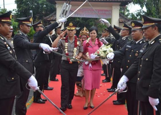 Nusabali.com - kapolres-klungkung-disambut-pedang-pora