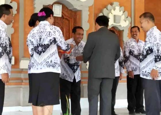 Nusabali.com - kadisdikpora-beri-bingkisan-kepada-guru-purnatugas