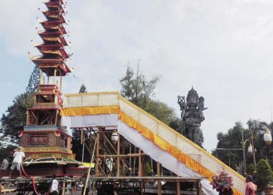 Nusabali.com - ribuan-krama-arak-bade-setinggi-18-meter-jalan-veteran-hasanudin-ditutup