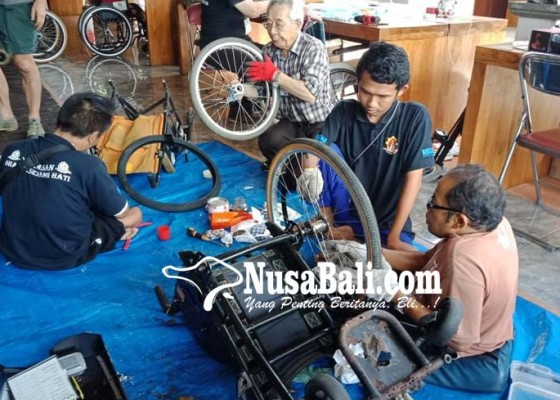 Nusabali.com - 4-instruktur-jepang-ajari-penyandang-disabilitas-perbaiki-kursi-roda-sendiri