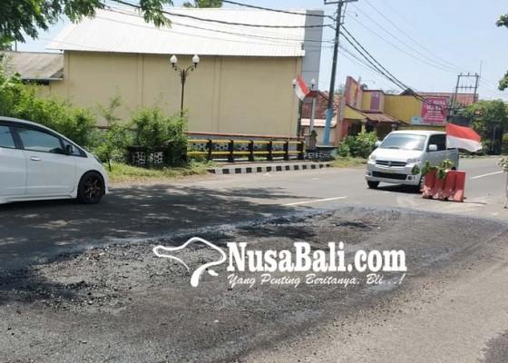 Nusabali.com - jalan-berlubang-di-jembatan-sebual-rawan-picu-kecelakaan