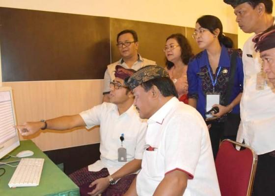 Nusabali.com - jaya-negara-tinjau-skd-peserta-seleksi-cpns-denpasar