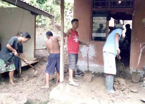 Nusabali.com - rumah-tertimpa-longsor-sekeluarga-mengungsi