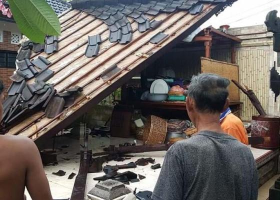 Nusabali.com - dua-bangunan-di-desa-titab-disapu-puting-beliung