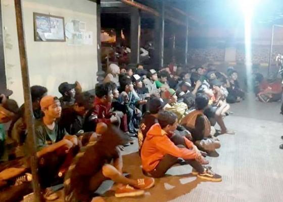 Nusabali.com - selama-9-jam-217-bonek-dipulangkan-di-gilimanuk