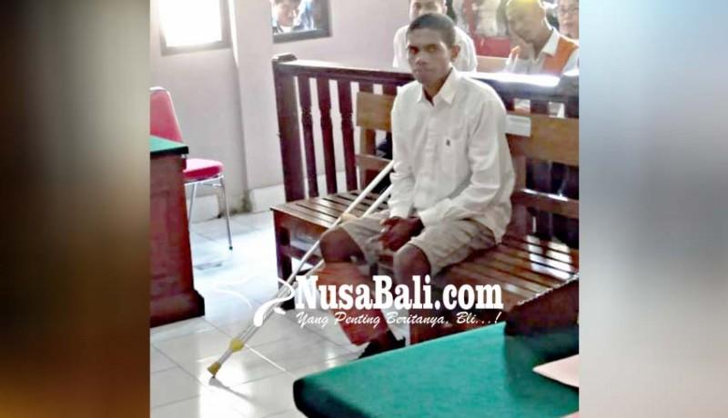www.nusabali.com-kaki-didor-terdakwa-sidang-pakai-tongkat