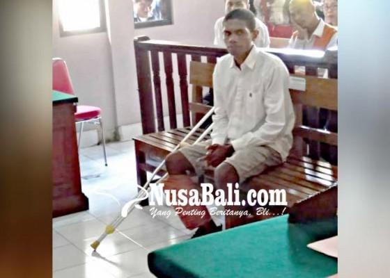 Nusabali.com - kaki-didor-terdakwa-sidang-pakai-tongkat