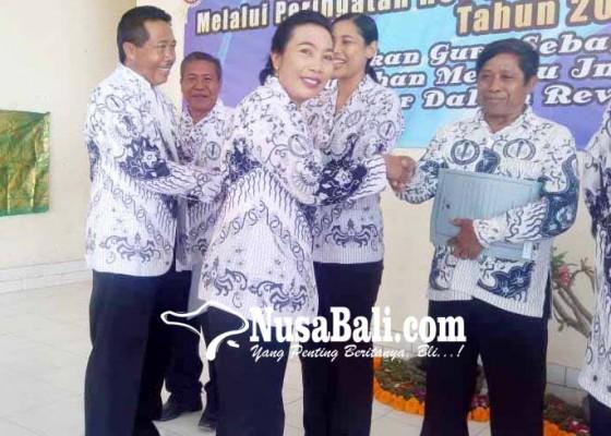 Nusabali.com - guru-dan-staf-purnatugas-terima-bingkisan-di-hut-pgri