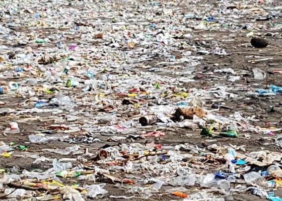 Nusabali.com - pantai-pasut-penuh-sampah-kiriman