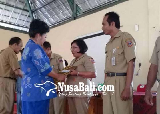 Nusabali.com - bupati-serahkan-sk-kenaikan-pangkat-tu-dan-guru